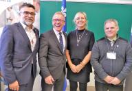 Les ministres Jean Boulet et Andrée Laforest sont entourés de Karl Blackburn de Produits Forestiers Résolus et Engelbert Cottenoir, président du Conseil central de la CSN. (Photo : Dominique Savard)