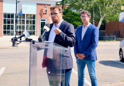 Les élus régionaux du Bloc Québécois, Mario Simard et Alexis Brunelle-Duceppe entendent bien talonner le gouvernement Trudeau à la Chambre des Communes sur la question des tarifs douaniers imposés par les États-Unis sur l'aluminium canadien. (Photo : Courtoisie)