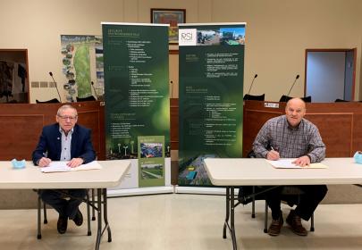 Dans l'ordre habituel, Denis Tremblay, maire de Saint-Ambroise et Jean-François Landry PDG de RSI Environnement. (Photo courtoisie)