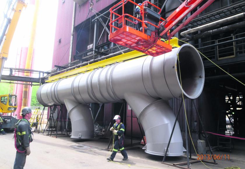 Des travailleurs de Groupe Industriel AMI lors de l'installation d'équipements sur un chantier. (Photo courtoisie)