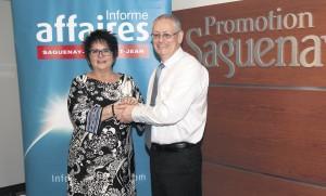 Line Gagnon, vice-présidente de Promotion Saguenay et Guy Bouchard, président et éditeur d'Informe Affaires au moment de la signature du protocole de partenariat entre les deux organisations. (Photo: Carl Gagnon)