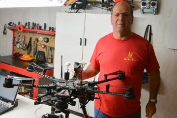 Yvon Tremblay, propriétaire de Drone Saguenay Vidéo se prépare pour des contrats à Québec et Montréal. (Photo: Jean-Luc Doumont)
