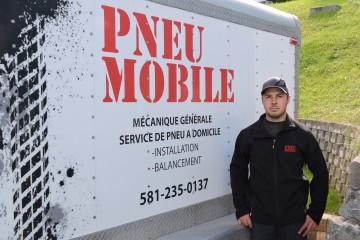 Pour se rendre chez ses clients, Nicolas Laberge utilise une camionnette et une remorque fermée qui permettent de transporter tous les équipements requis pour la pose de pneus. (Photo Christian Croft)
