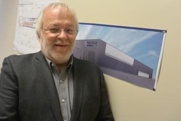Louis Dussault pose devant la première version du plan du CTE-ALMA qui a été quelque peu modifié. (Photo: Jean-Luc Doumont)