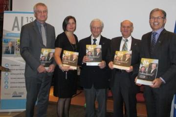 De gauche à droite: Marc-Urbain Proulx, économiste; Nathalie Ménard, animatrice CQRDA; Bertrand Tremblay, rédacteur en chef; Luc Boudreault, DG par intérim CQRDA et Dominique Bouchard, président CQRDA. (Photo Guy Bouchard)