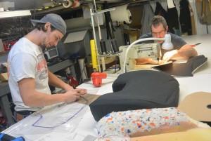 Gilles Pelletier travaille en compagnie du stagiaire Maxime dans l'atelier. (Photo: Jean-Luc Doumont)