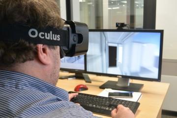 Le rédacteur en chef du mensuel économique, Jean-Luc Doumont, est plongé dans la réalité virtuelle. (Photo: Alexandre Boudreault)