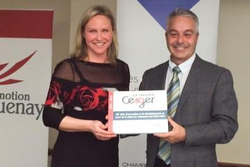 Le président de la Chambre de commerce du Saguenay François Gagné a remis une plaque à Éloïse Harvey en souvenir de son passage devant les membres de la CCS. (Photo Guy Bouchard)