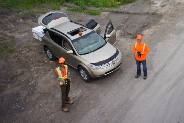 Au décollage, une équipe de deux personnes surveillent et pilotent le drone dans les airs. (Photo: Courtoisie Flyterra)