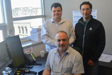 En arrière de gauche à droite: Justin Pagé, président de Gémel et David Leblanc, spécialiste en étude posturale chez Olympe. En avant, Marc Couture, technicien en structures chez Gémel. (Photo: Jean-Luc Doumont)
