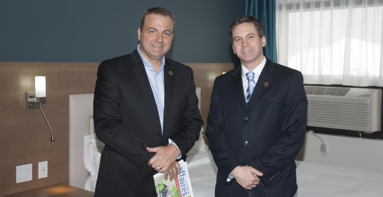 Dans l'ordre habituel: Patrice St-Gelais, directeur des opérations et  Jean-Benoît Gilbert, directeur des ventes et du marketing. Ils posent dans une chambre de la tour C, nouvellement rénovée. (Photo Guy Bouchard)