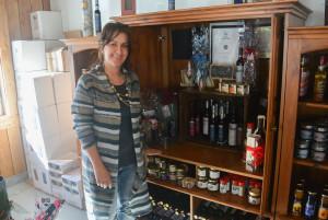 Lyna Bouchard posant devant une partie de ses produits que l'on retrouve à L'Orée des Bois. (Photo: Jean-Luc Doumont)