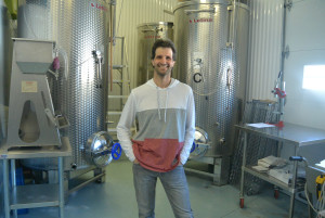 Éric Perreault devant les quatre cuves de 2000 litres qui accueilleront bientôt les fruits pour une macération de 10 à 14 semaines. (Photo: Jean-Luc Doumont)