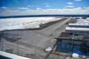 Voici une vue du haut de la tour donnant sur l'une des trois pistes d'atterrissage. (Photo: Jean-Luc Doumont)