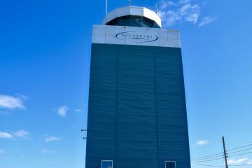 La tour de contrôle qui trône depuis plusieurs décennies à l'aéroport de Saint-Honoré. (Photo: Jean-Luc Doumont)