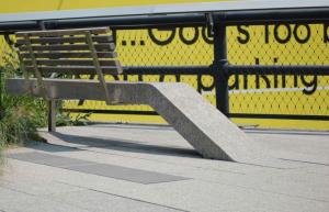 Voici un exemple concret de design urbain qui marie le béton préfabriqué à l'architecture newyorkaise. Au départ, le High Line est un chemin de fer abandonné qui sillonne Manhattan sur ses structures surélevées. Le plan était de réhabiliter cette route de manière à ce que piétons et vélos puissent y circuler, sans interférences des voitures, l'ensemble étant animé d'espaces verts. Pour certains, ce projet représentait le plus beau potentiel de développement de l'histoire de New York. C'est au chapitre des promenades et du mobilier urbain que le béton préfabriqué se démarque, ramenant alors le matériau à sa forme la plus organique. (Photo: Site Internet BPDL)