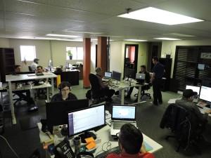 Plusieurs personnes passent des heures à programmer l'intelligence artificielle développée au sein de l'entreprise saguenéenne. (Photo: Courtoisie)