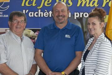 Le président de la Société des fabricants régionaux Serge Desgagné est entouré de Rolland Simard, nouveau directeur du développement du membership et de la recrue à la direction générale, Julie Perron. (Photo Guy Bouchard)