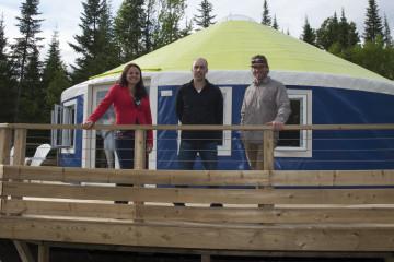 Les trois associés d'Imago Village sont Martine Houde, Martin Thibeault et Sylvain Rheault. Ils posent devant une yourte de 28 pieds. (Photo Guy Bouchard)