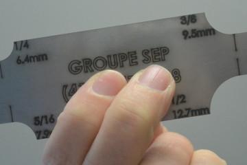 Voici un exemplaire de la jauge de mesure que vend Inspection SEP au profit de Fort McMurray. (Photo : Jean-Luc Doumont)