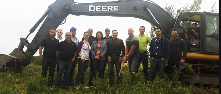 L'équipe de Filtrartech lors de la première pelletée de terre sur la rue des Sociétaires à Saguenay. (Photo : Courtoisie)