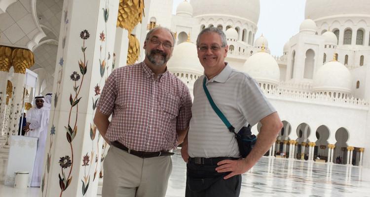 Dans l'ordre habituel, Roger Boivin, chroniqueur chez Informe Affaires et Guy Bouchard éditeur. Ils accompagnaient une délégation commerciale régionale aux Émirats Arabes Unis en mars dernier. (Photo : Courtoisie)