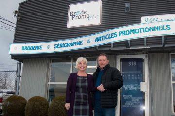 Lynda Tremblay et Alain Deschêsnes devant l'édifice abritant les ateliers de Brode Promo Chic. (Photo Guy Bouchard)