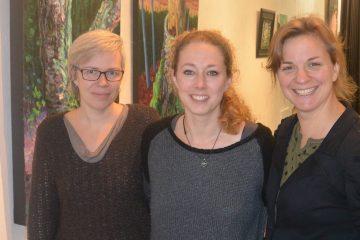 De gauche à droite: Karine Côté, artiste multidisciplinaire, photographe et graphiste; Émilie Simard, propriétaire et artiste multidisciplinaire et Moïra Scheffer Pineault, graphiste. (Photo : Jean-Luc Doumont)