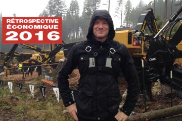 Sébastien Tremblay devant des machines forestières en opération au « Demo International 2016 » à Maple Ridge en Colombie-Britannique. (Photo courtoisie)