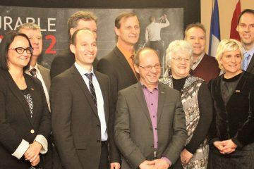 Sur la photo de gauche à droite : Clément Desbiens (Emploi-Québec et Service Québec du Saguenay—Lac-Saint-Jean), Claudia Fortin (Promotion Saguenay), Marc Dubé (MRC Maria-Chapdelaine), Nicolas Gagnon (CQDD), Jean-François Delisle (CQDD), Gérald Savard (MRC du Fjord et Table régionale des élus du Saguenay—Lac-Saint-Jean), Jean Lavoie (Nutrinor Coopérative), Ghislaine Hudon (MRC Domaine-du-Roy), André Paradis (MRC Lac-Saint-Jean-Est), Catherine Munger (Rio Tinto), Stéphane Bergeron (Développement économique Canada) et Sylvain Deschênes (CONFORMiT). Photo: Courtoisie