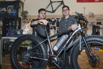 Dans l'ordre habituel, Jean Simard et Félix Joncas devant un Fat Bike motorisé par Cycle Amadeus. (Photo Guy Bouchard)