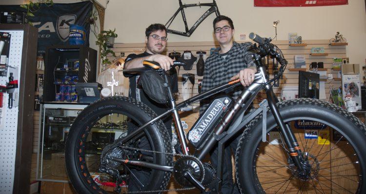 Dans l'ordre habituel, Jean Simard et Félix Joncas devant un Fat Bike motorisé par Cycle Amadeus. (Photo Guy Bouchard)