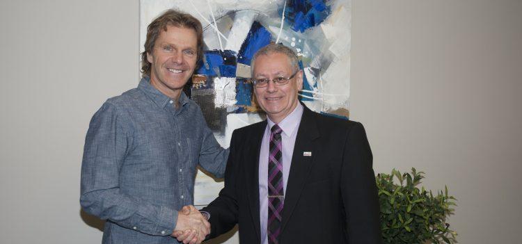 De gauche à droite: Pierre Lavoie et Guy Bouchard, président et éditeur d'Informe Affaires. (Photo : Maxime Tremblay)