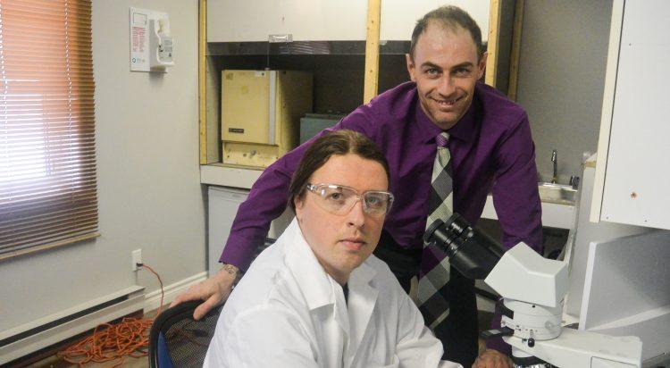 Debout: Jonathan Lapointe, PDG de S.E.E.L., assis: Bruno Charest, directeur du laboratoire. (Photo: Jean-Luc Doumont)