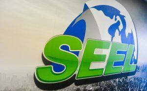 Le logo de l'entreprise trône sur une grande murale dès que l'on pousse la porte d'entrée. (Photo: Jean-Luc Doumont)