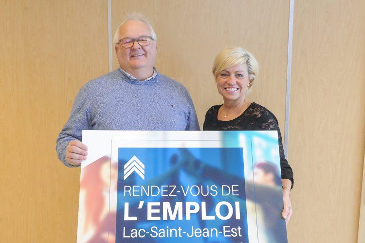 Robin Harvey, directeur du bureau de Services Québec d'Alma, responsable des services publics d'emplois et Marie Gagnon, présidente de la Chambre de commerce et d'industrie Lac-Saint-Jean-Est. (Photo courtoisie)