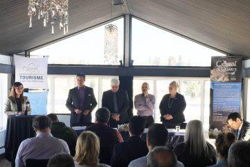 De gauche à droite: Gino Villeneuve, président de Tourisme Alma Lac-Saint-Jean;  Rémi Belley, président de Cristal du Lac; Paul Bédard, enseignant à l'UQAC et ingénieur ainsi que France Coulombe, coordonnatrice au tourisme à Tourisme Alma Lac-Saint-Jean.
