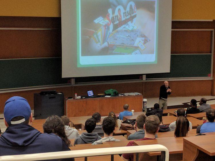 Une formation SSE donnée à des employés sur le concept du jeu  « SanS risquE. » (Photo courtoisie)
