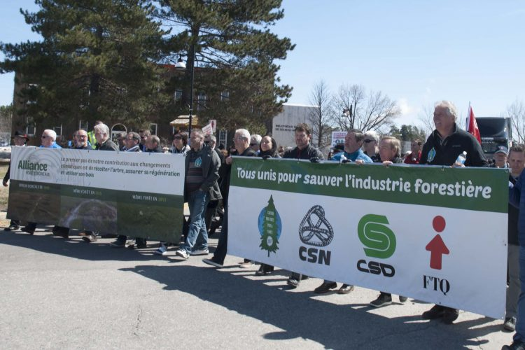 Les décideurs politiques régionaux qui ouvraient la marche en appui à l'industrie forestière et à ses travailleurs. (Photo Guy Bouchard)