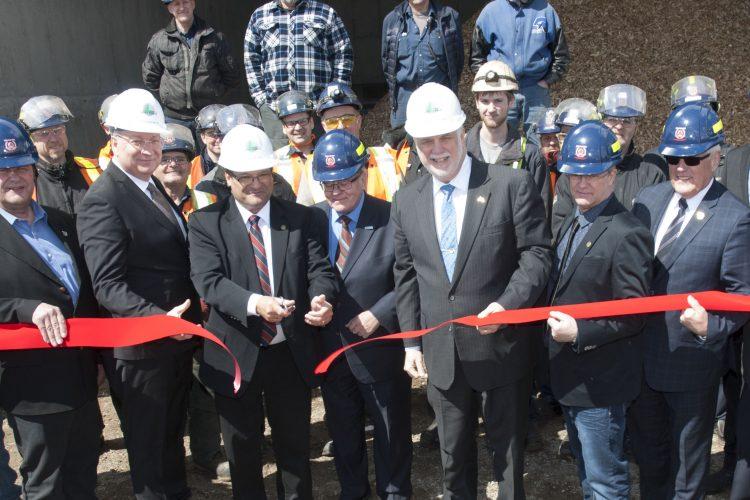 Accompagné d'invités et de membre de l'équipe Produits Forestiers Petit Paris,  le premier ministre Couillard inaugure de la nouvelle centrale de production de vapeur de la scierie. (Photo Guy Bouchard)