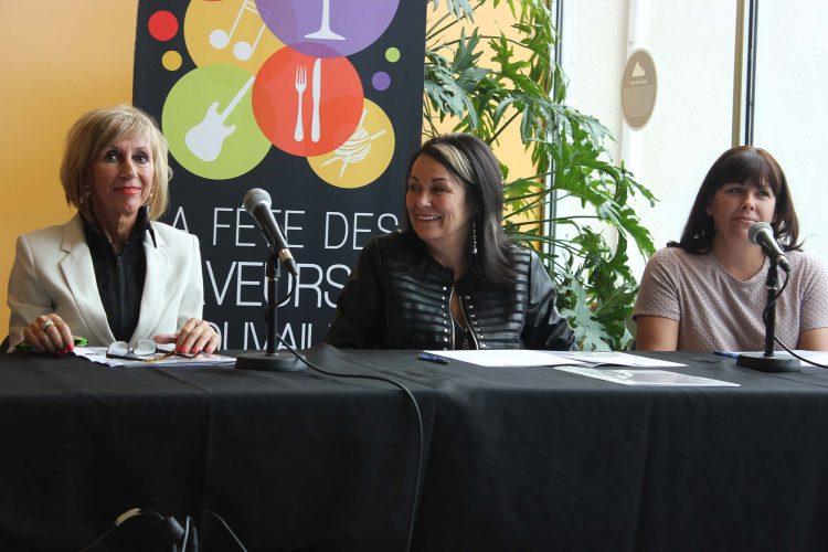 De gauche à droite : la conseillère municipale Sylvie Gaudreault, la directrice de saveurs et trouvailles Lynda Girard et l'adjoindre administrative Guylène Laverdure ont annoncé ce matin, la programmation de la 14e année de l'événement qui a lieu au parc de la Rivière au sable. (Photo : Jonathan Thibeault)