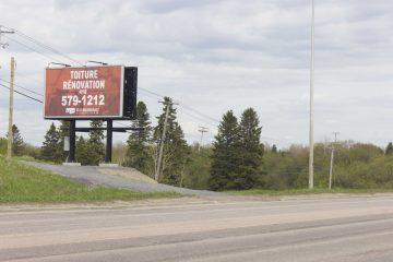 Pour avoir l'autorisation d'installer des panneaux réclames sur le territoire de Saguenay, les entreprises comme Panorama Média doivent louer des parcelles de terrains appartenant à la municipalité et doivent se conformer à des règles très strictes de leur industrie et de la Ville de Saguenay. (Photo : Jonathan Thibeault)