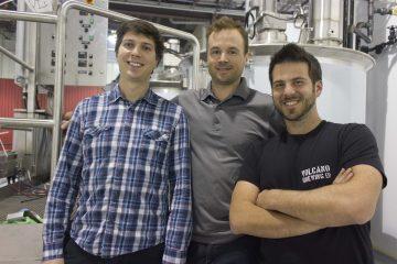 De gauche à droite : le directeur de production Samuel Mélançon, le directeur des opérations, Philippe Dufour et le directeur de la recherche et développement et du contrôle qualité, Félix Daviault-Ford. (Photo : Jonathan Thibeault)