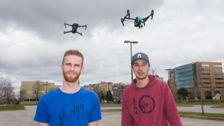 Alexandre Ruelland, 20 ans est étudiant en télécommunication, alors qu'Alexis Rompré, 19 ans est opérateur de machineries lourdes. (Photo : Jonathan Thibeault)