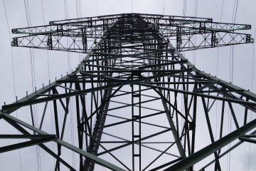 Les pièces à remplacer se trouvent sur des pylônes. Elles agissent de support mécanique et d'isolant aux lignes de haute tension.