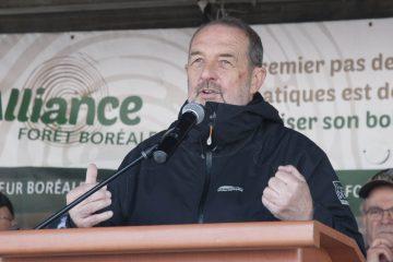 Denis Lebel lors de la Grande marche pour la forêt à Dolbeau le 30 avril dernier. (Photo Guy Bouchard)
