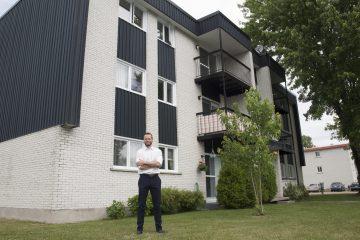 Stéphane Bourgoin devant un des immeubles de l'entreprise. Il confirme que les logements sont en excellente condition et qu'ils sont occupés à 100%. Il explique que la majeure partie de la clientèle est constituée de professionnels et de retraités. (Photo Guy Bouchard)