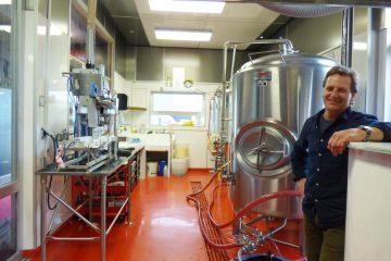 Philippe Harvey est fier de présenter l'équipement sophistiqué qui servira à produire des milliers de canettes de bières qui auront les goûts, la finesse et l'authenticité des gens du lac. Aussi, de nouveaux produits verront progressivement le jour au rythme des commandes, des années et des saisons. (Photo Chantale Potvin)