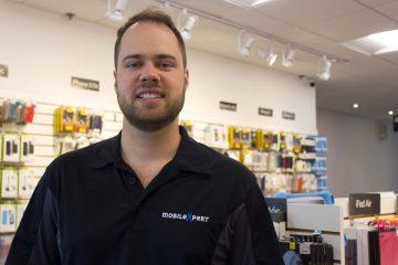 Thomas Lévesque a lancé MobileXpert en 2011. Aujourd'hui, il est à la tête d'une entreprise qui exploite 2 boutiques, 1 commerce en ligne et qui emploie une dizaine de personnes. (Photo de Jonathan Thibeault)