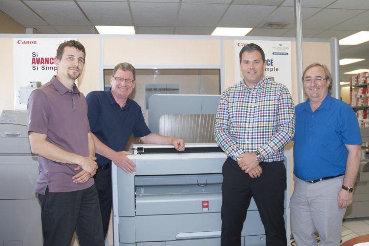 De gauche à droite : François Dumas, Luc Leclerc, représentants chez Blackburn et Blackburn; Frédérick Boisvert ainsi que Pierre Frégau de Océ. (Photo: Dominique Bérubé)